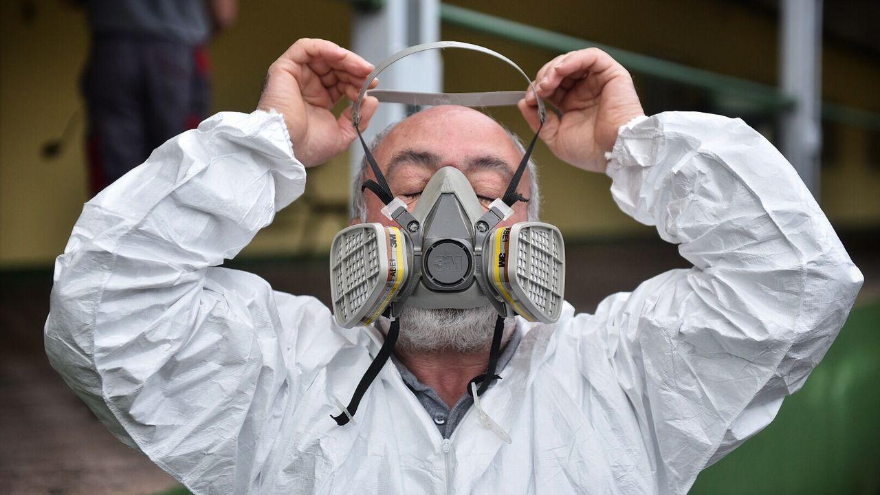 Desinfectan el centro ocupacional de Lamastelle ante la posible presencia de coronavirus.Miembros de la UME (unidad del ejército), en el centro hospitalario