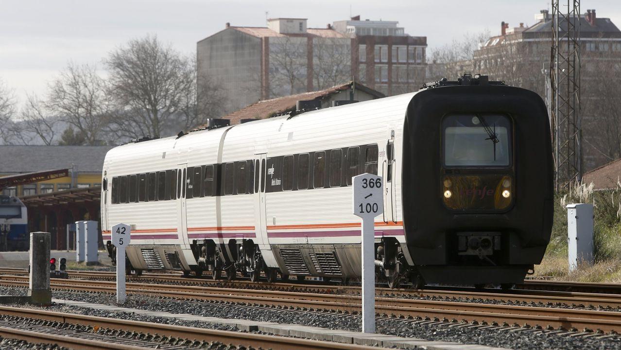 Así luce A Mosqueira sin tráfico.Uno de los trenes que cubre el trayecto entre A Coruña y Ferrol