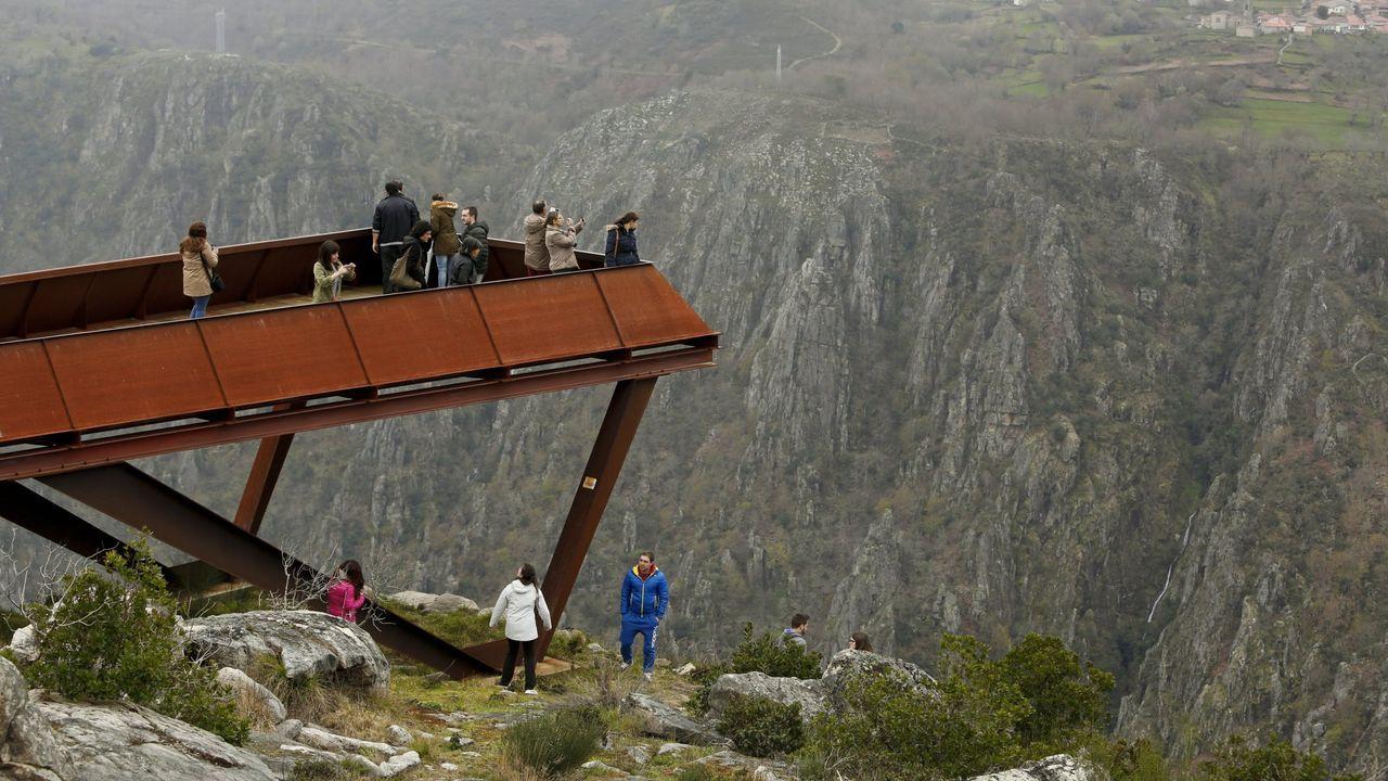 Una de las medidas que propone Agroma Sober consisten en limitar el aforo en los miradores turísticos. En la imagen, visitants en el mirador de A Cividade