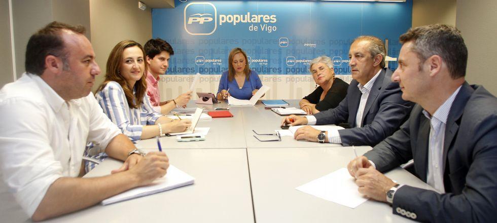 Elena Muñoz (centro) ayer en la primera reunión del reducido grupo popular en el madato que comenzará el próximo sábado.
