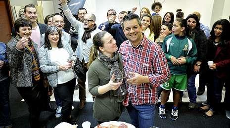 Verdes, en primer término y con su esposa, inauguró su nuevo estudio rodeado de muchos amigos.