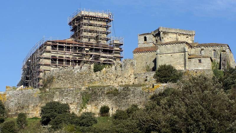 Los andamios rodean el castillo, actualmente en obras
