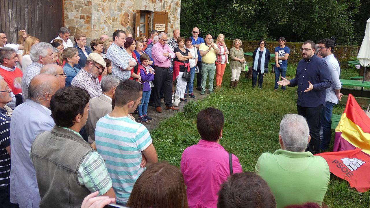 Adrián Barbón interviene ante un grupo de militantes en la primera fiesta socialista de Valdés