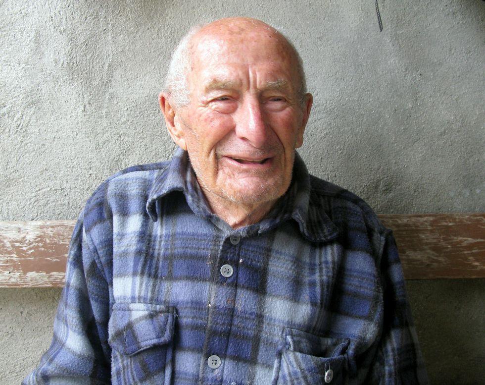 Varela ya ha cumplido 101 años y todavía se pasea y cuida la huerta que tiene en casa de Muros.