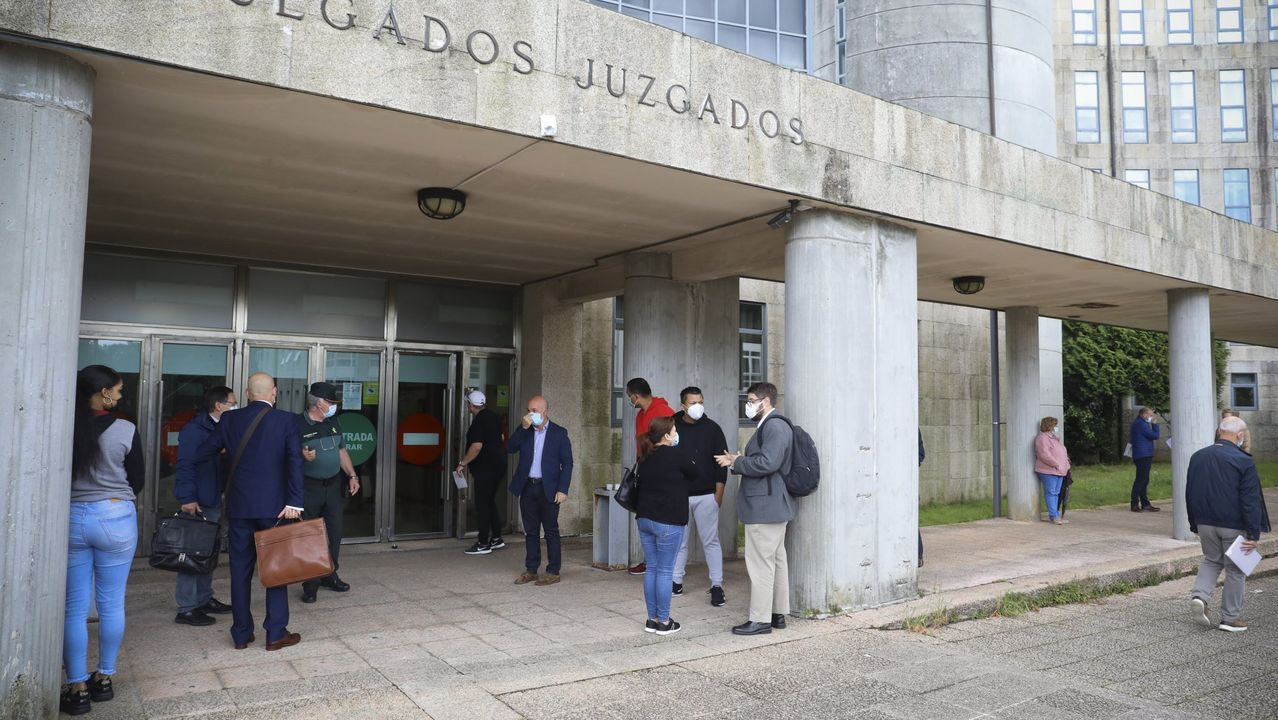Los vecinos y empresarios de los concellos del área metropolitana de Santiago asumen conbuen talanteel entrar en zona roja por coronavirus.El protocolo  de acceso a los juzgados de Santiago por el coronavirus hace que se formen colas en el edificio
