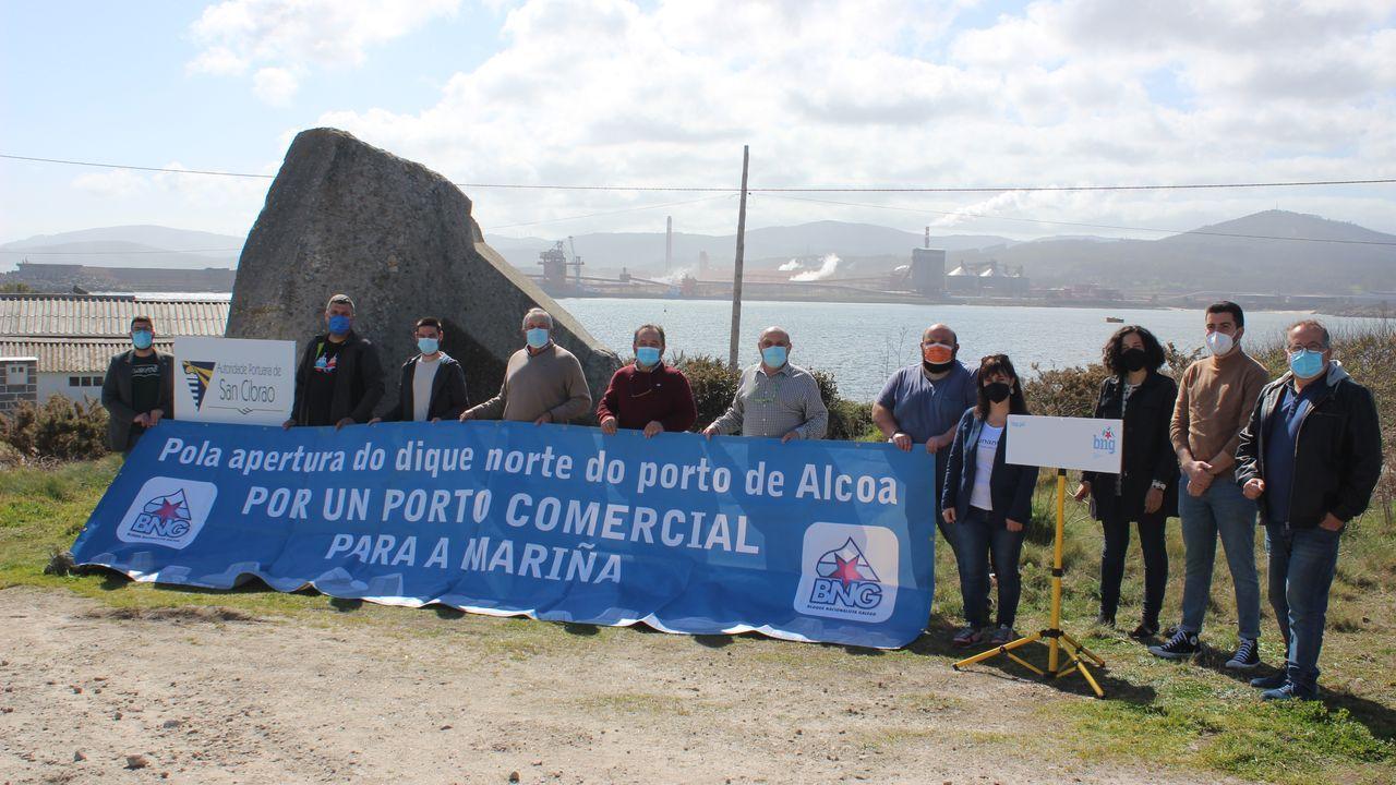 Cargos del BNG presentaron este sábado en en el dique Morás otro paquete de iniciativas parlamentarias para intentar que el puerto comercial de San Cibrao beneficie más a A Mariña y a Lugo