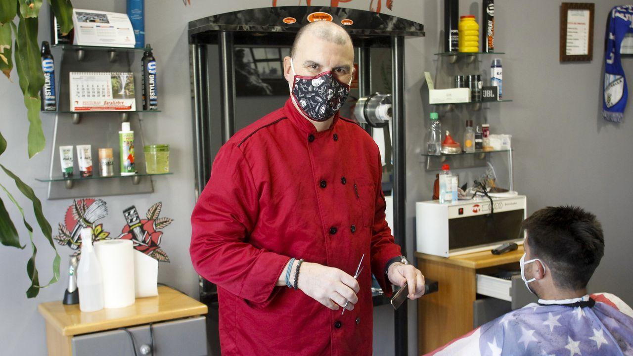 Jorge ya está recuperado y trabajando en su peluquería de caballeros en A Solaina