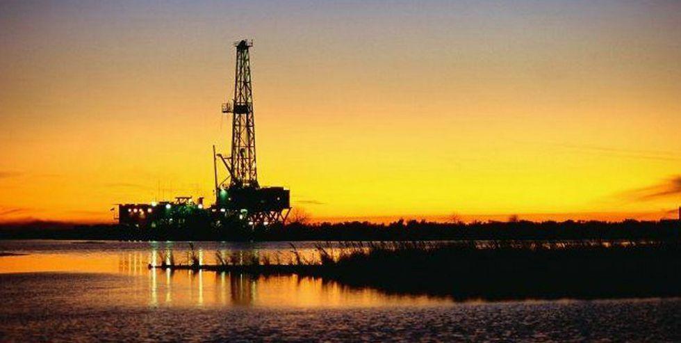 El precio del petróleo se mantenía ayer por debajo de los 30 dólares por barril.