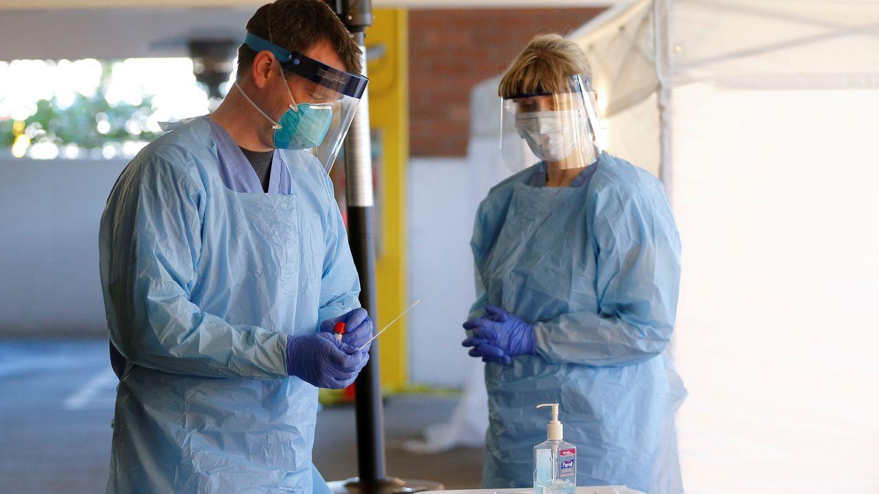 Dos enfermeros en Washington, Estados Unidos