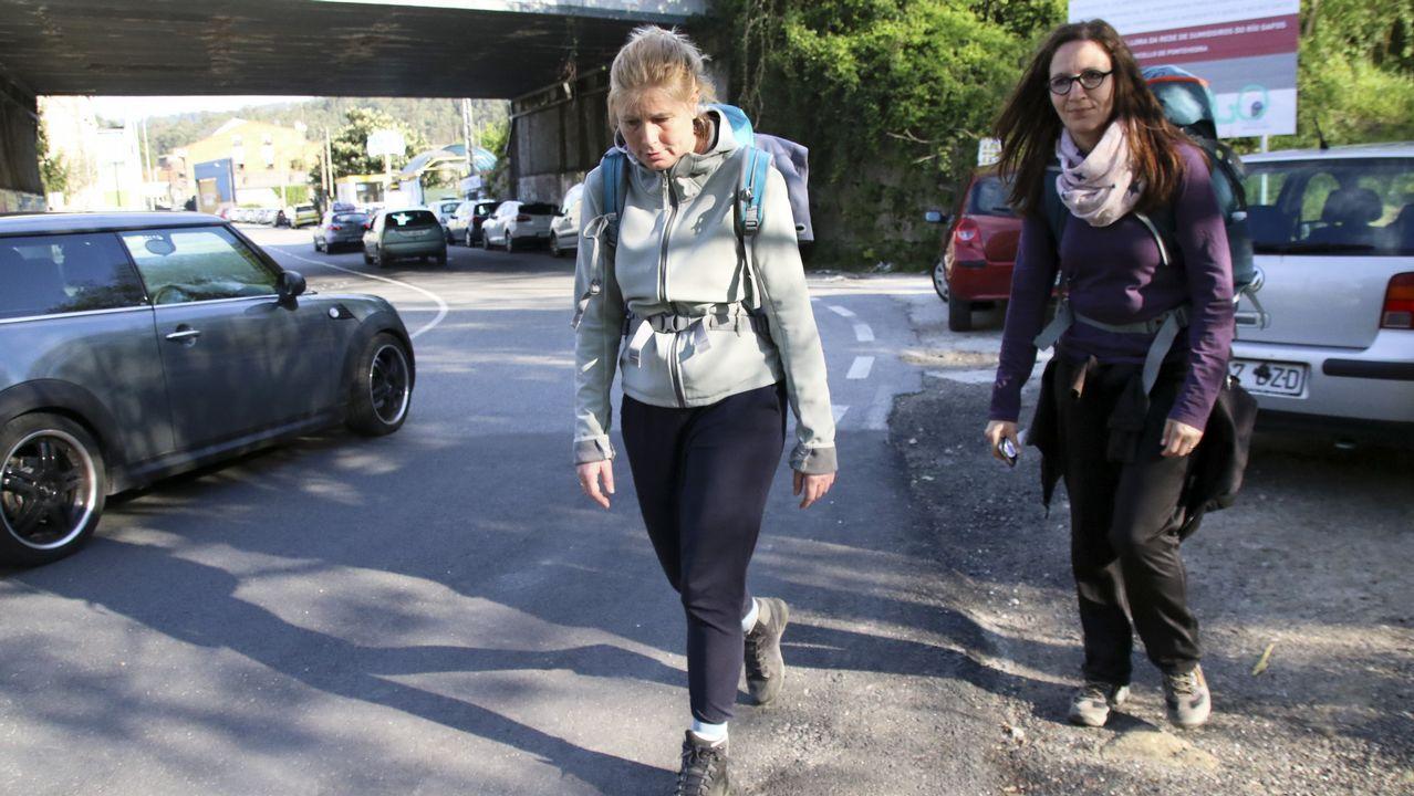 Una niña de Salvaterra de Miño va al colegio en carretilla