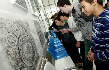 Los alumnos de segundo de ESO aprendieron a calcar petroglifos durante el proyecto.