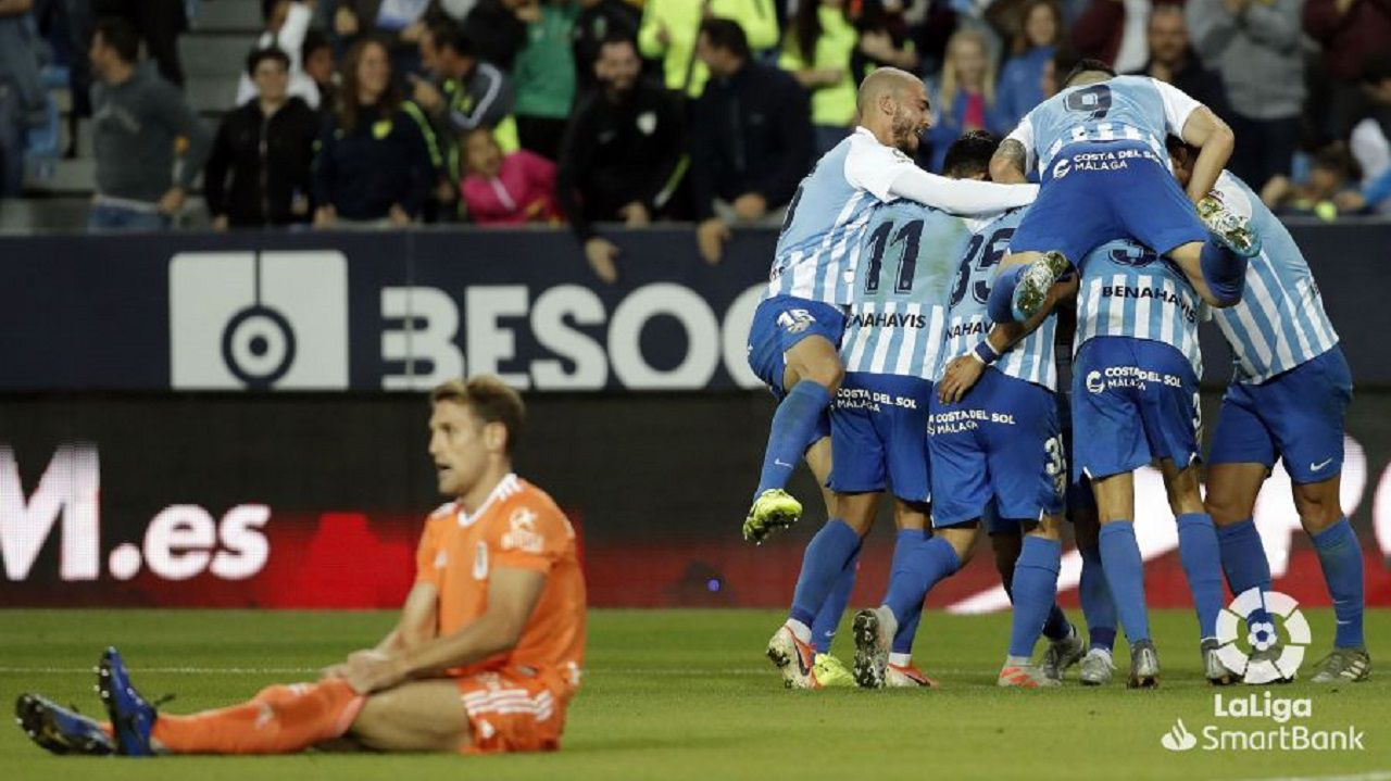 Fernando Vázquez: «Las situaciones de crisis no son un momento adecuado para poner a jugar a un canterano».Los futbolistas del Málaga celebran el tanto de Antoñín