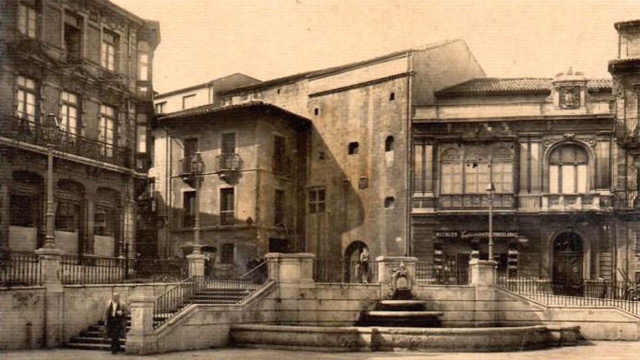 Una postal de la esquina de la plaza de la Catedral con la Casa de la Rúa, quizá el palacio en uso más antiguo de Oviedo