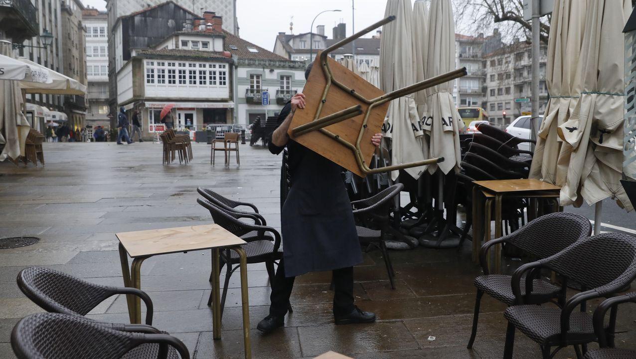 Un bar de Santiago, recogiendo ayer sus terrazas