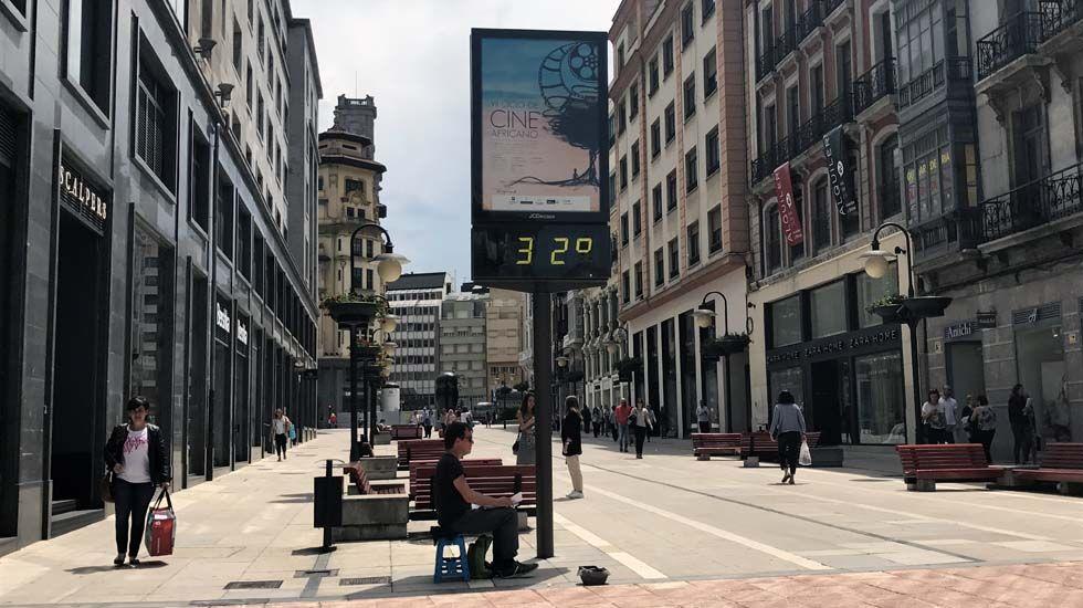 Un termómetro marca 32 grados en el centro de Oviedo, en una jornada marcada por el calor.Un termómetro marca 32 grados en el centro de Oviedo, en una jornada marcada por el calor