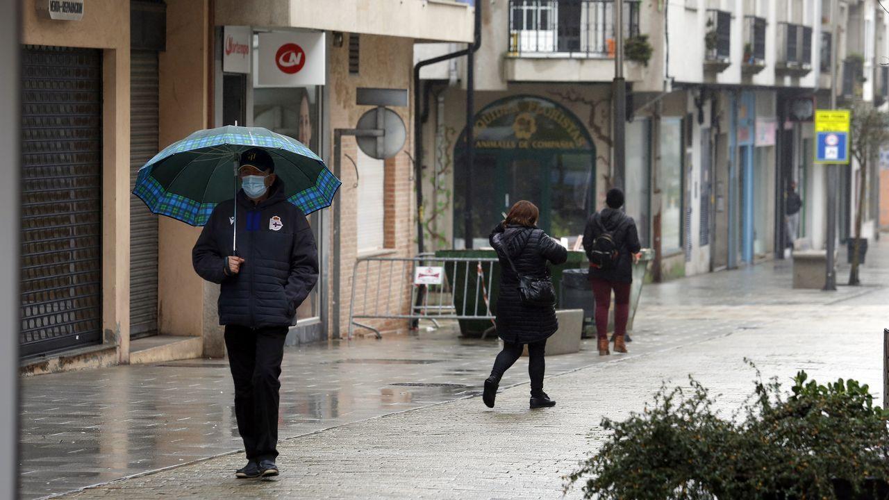La presencia de gente se ha reducido considerablemente en la calle peatonal de Boiro desde que se cerraron los negocios de hostelería