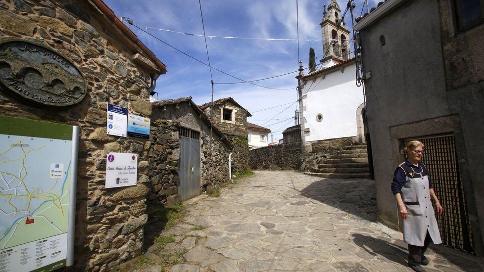 En San Xoán de Furelos los negocios están cerrados y la información turística es lo único que permanece