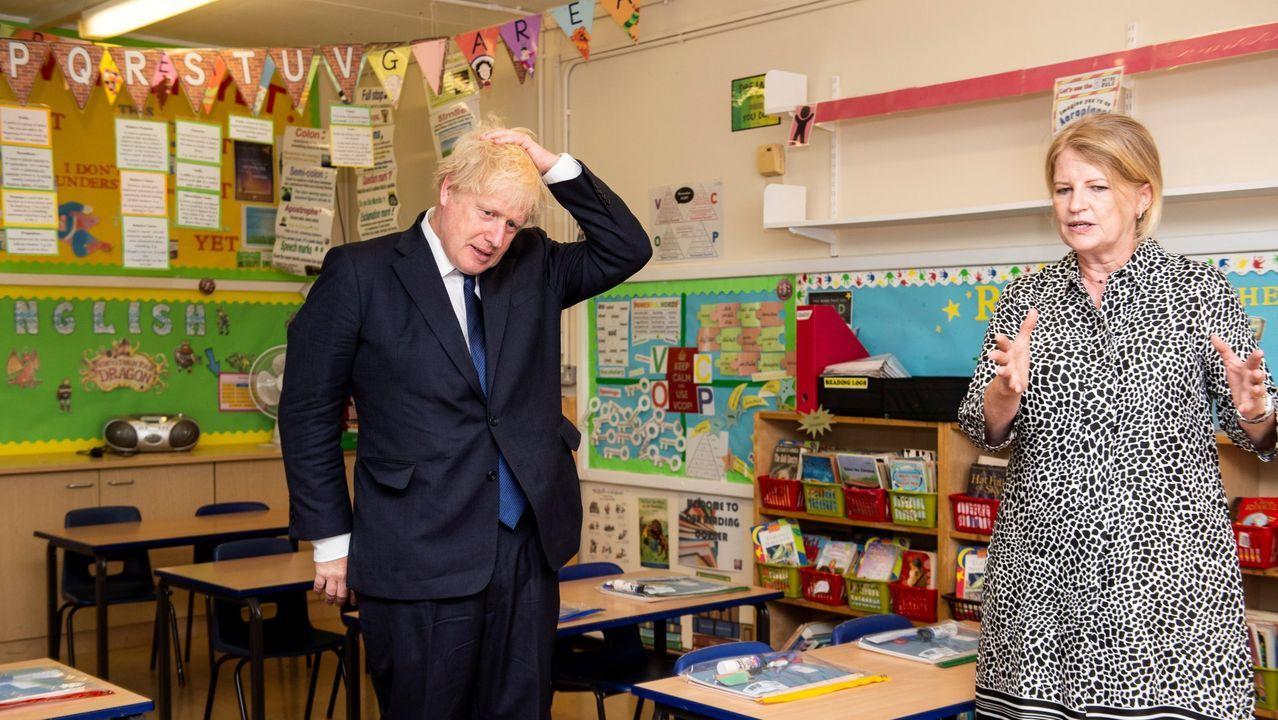 El Primer Ministro británico, Boris Johnson, de visita en la Escuela Católica de St Joseph, estudiando las posibles medidas de prevención del covid-19 en los colegios.