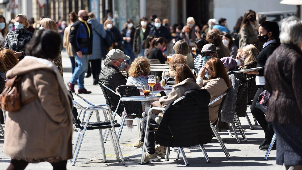 Primera jornada de la primavera en A Coruña con las terrazas y paseos llenos.Victoriano Carracedo y María Dolores Parrilla viven en la residencia de mayores de Caranza