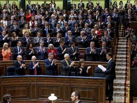 Condolencias a la familia de Adolfo Suárez.Los ujieres dan indicaciones a parlamentarios de ERC.