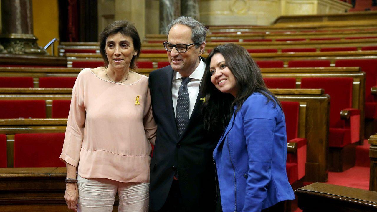 Quim Torra, nuevo presidente de Cataluña, posa entre su mujer (a la izquierda) y Marcela Topor, la mujer de Carles Puigdemont