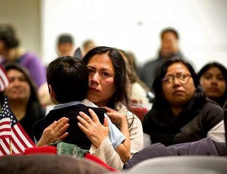 Una inmigrante abraza a su hijo en Nueva York tras conocer las medidas ordenadas por Obama.