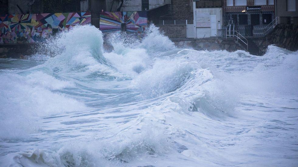 Temporal de viento y nieve en Galicia.El viento levantó la cubierta del antiguo colegio Sagrado Corazón