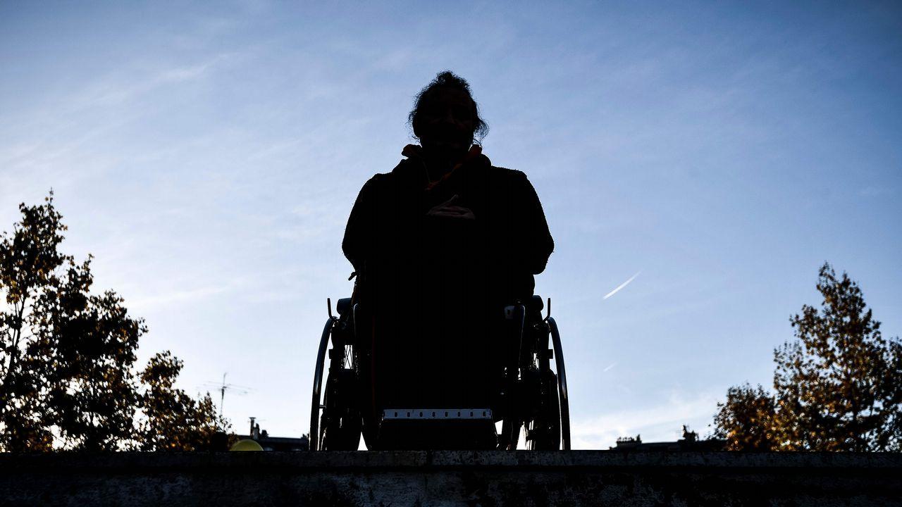 Una persona en silla de ruedas observa el cielo en lo alto de las escaleras de una estación de metro de París, durante una acción de protesta contra las barreras arquitectónicas.La banda fue desarticulada en Baleares y el juicio se celebrará en la Audiencia Nacional