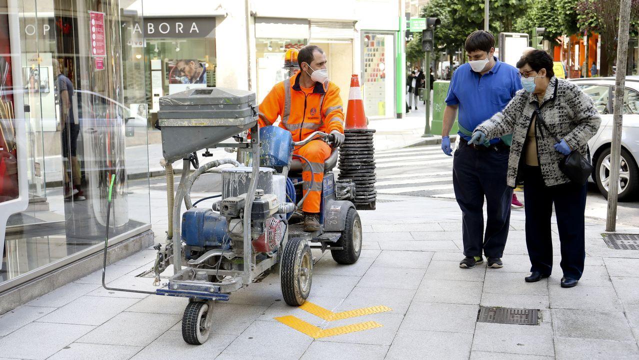 Crisis sanitaria del coronavirus: señalización en las calles para que los peatones mantengan la distancia de seguridad
