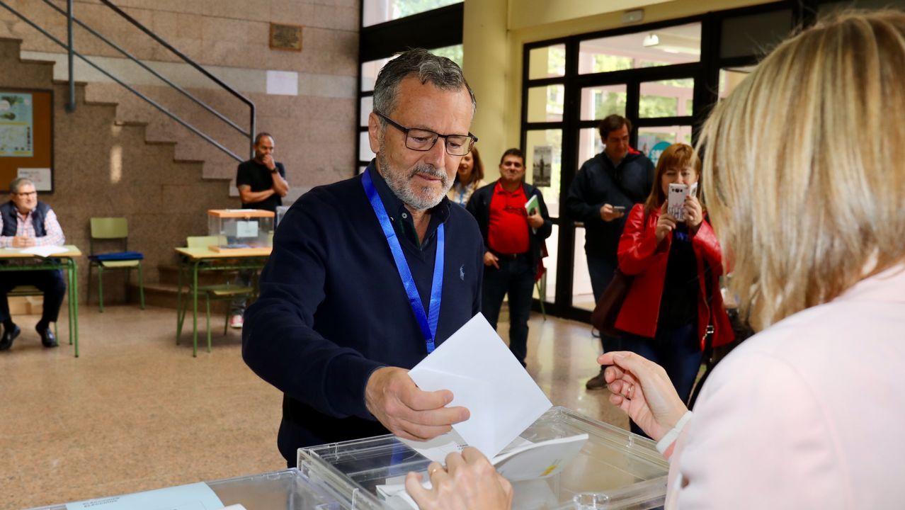 El candidato a la alcaldía de Santiago por el PP, Agustín Hernández vota en el IES Pontepedriña