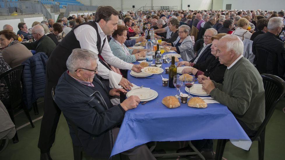 A Laracha reunió a más de 700 mayores en una nueva edición de su Homenaxe.Votaciones en una de las mesas de Carballo