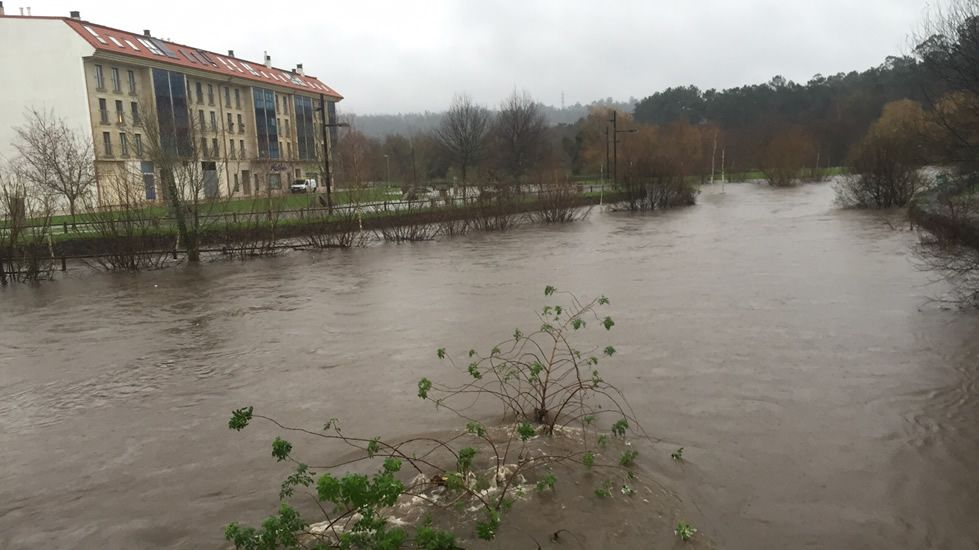 En Bertamiráns (Ames) el paseo fluvial está anegado y cortado. Hay numerosas pistas cerradas