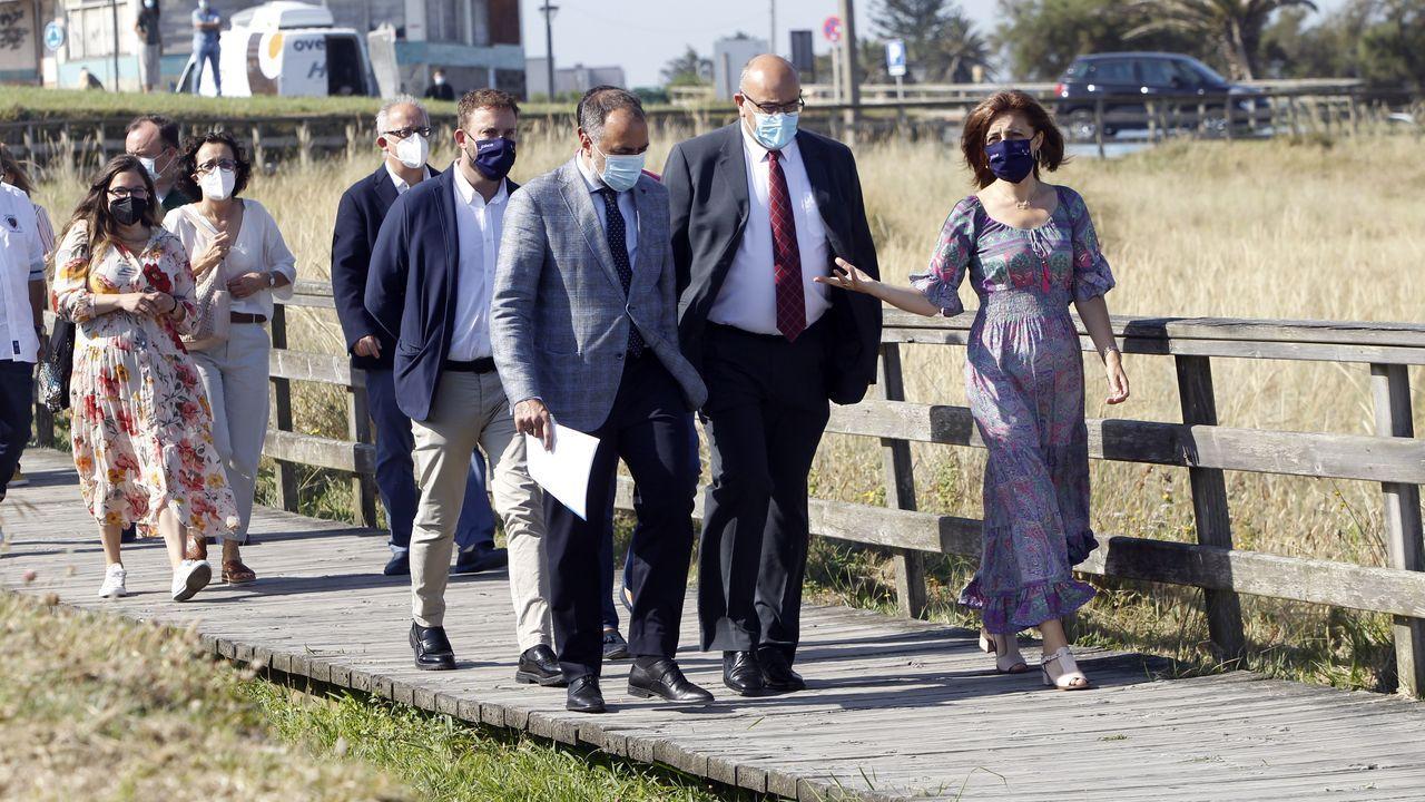 Imagen de una pareja de peregrinos que completó el Camiño do Mar en el 2020 en la Porta de Carlos V, en Viveiro, uno de los puntos por donde discurre esta ruta xacobea