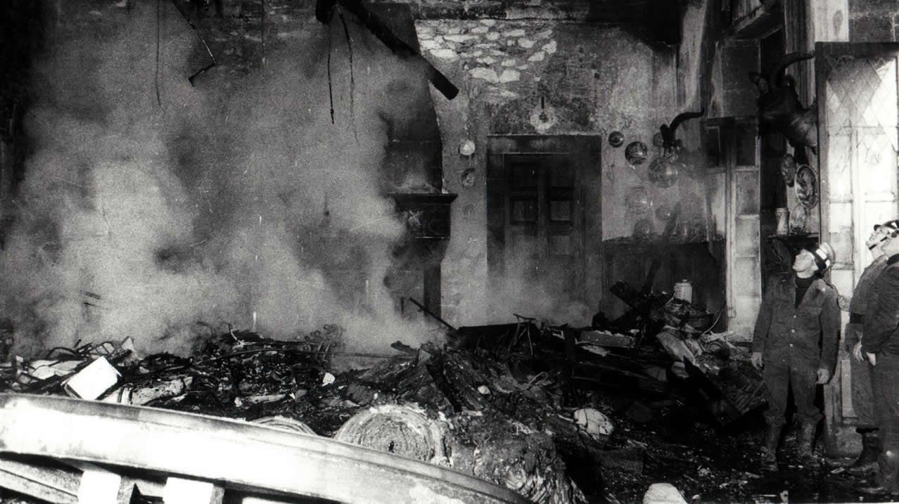 Un incendio arrasó parte del interior del pazo, aunque dejó intacta la fachada y la bioblioteca. los Bomberos trabajaron toda la noche para sacar los objetos de valor. Aún hoy se especula sobre las causas del fuego.