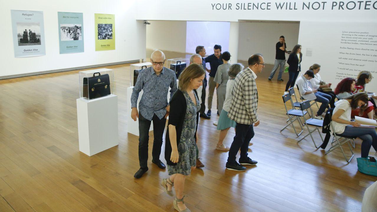 El Clínico lucha contra los malos humos.Las dos exposiciones podrán verse en el CGAC durante todo el verano