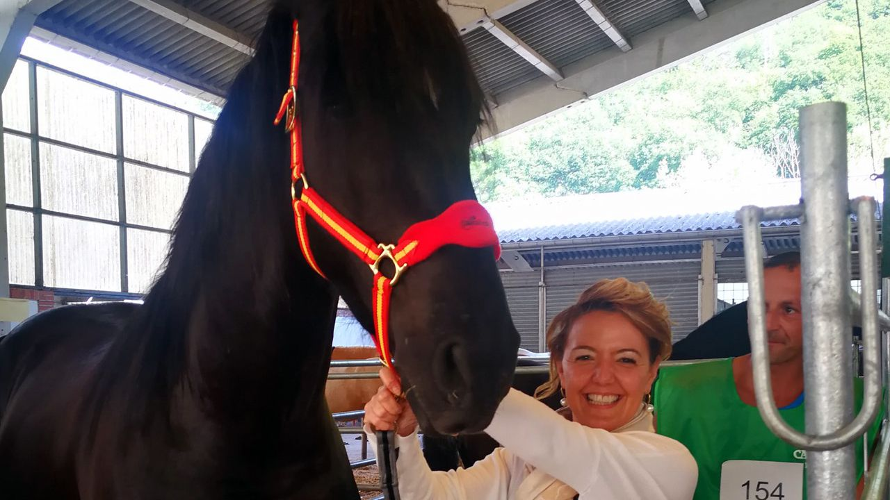 Teresa Mallada sujeta un caballo, en Cangas de Onís