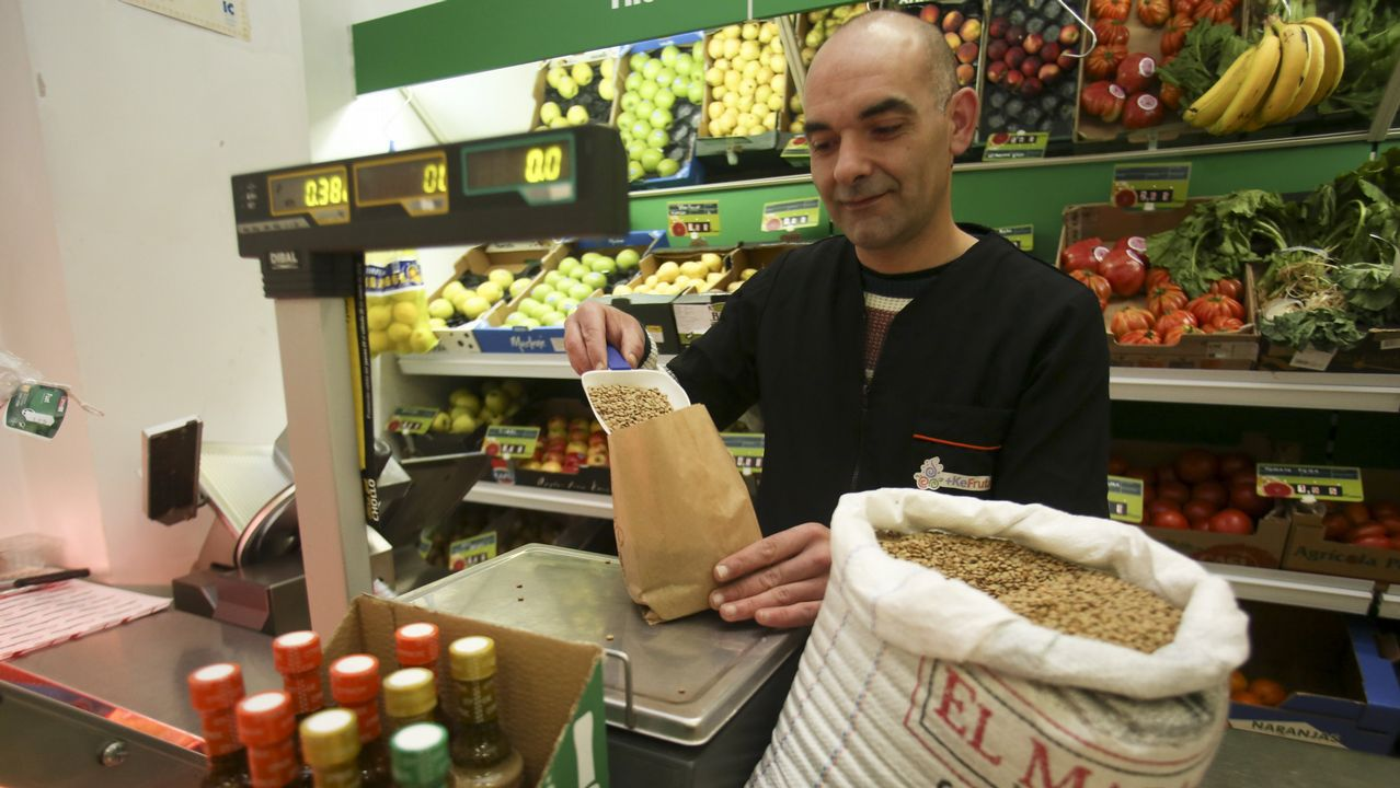 Sergio Pico, en su tienda + Ke Fruta de Ferrol Vello, apuesta por las bolsas de papel y la venta a granel para reducir el consumo de plásticos