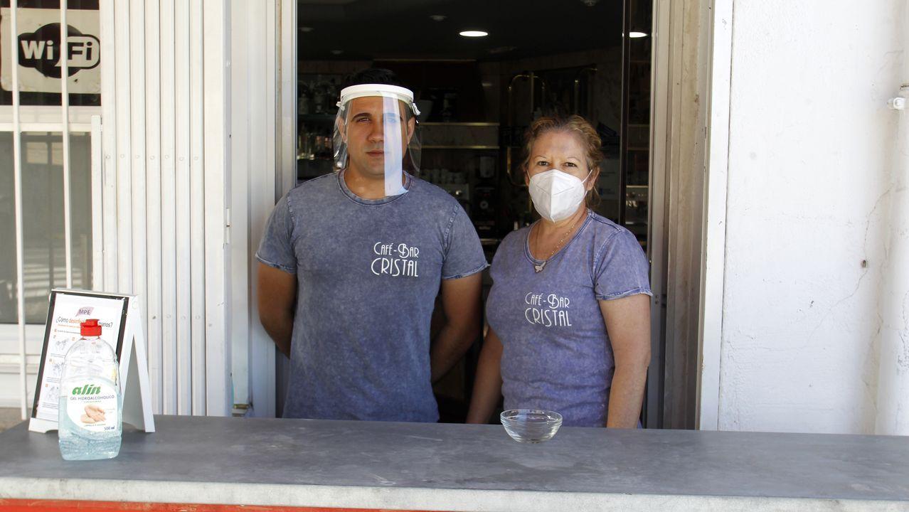 Aidee Ochoa y su hijo, tras la barra que colocaron en la puerta del bar Cristal para atender su terraza