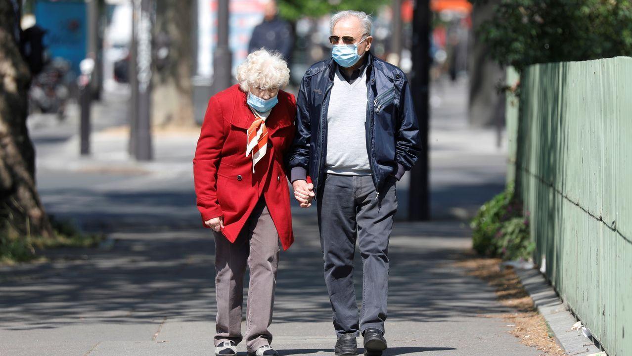 Una pareja pasea por las calles de París