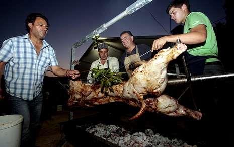 La Festa do Porco ao Espeto abrió ayer las fiestas de san Ramón en O Esto.