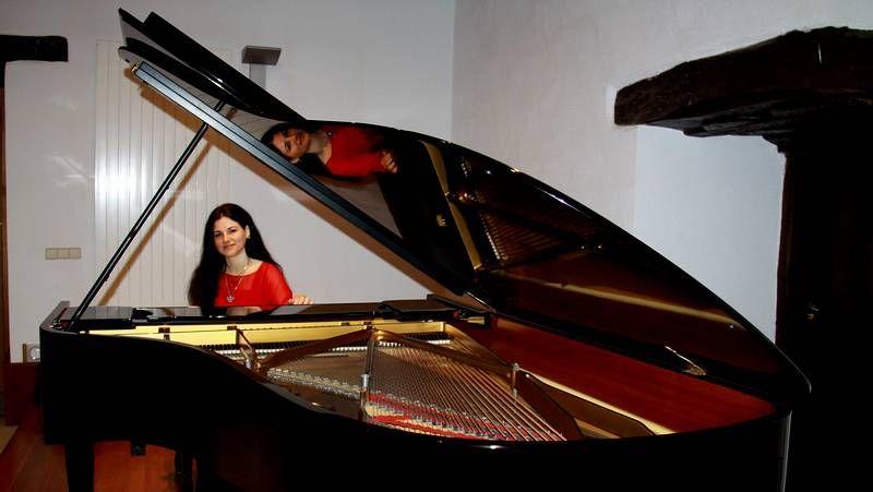 Marianovich, con su piano, en O Barco