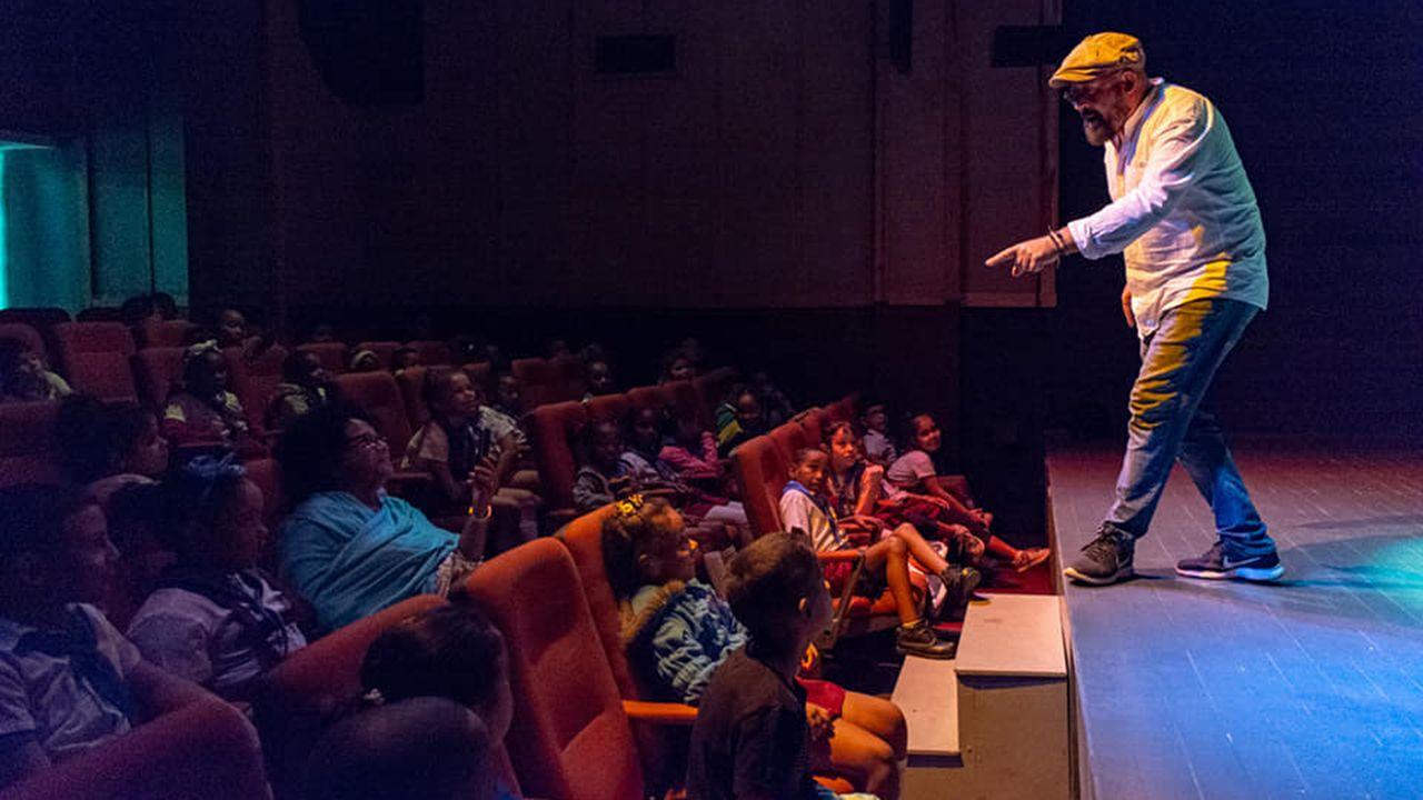 David Acera en uno de sus espectáculos en Cuba