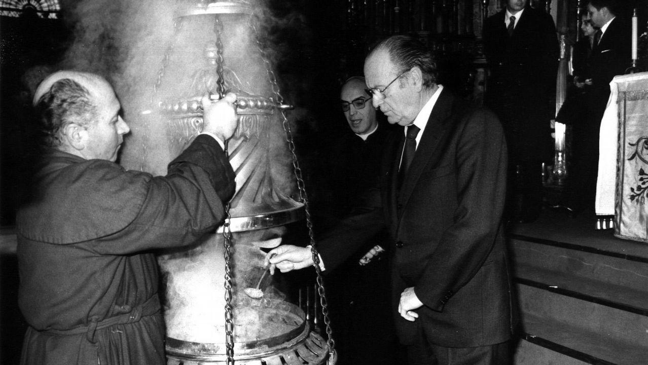 Fernandez Albor, en una imagen de 1982, echando incienso en el botafumeiro durante la peregrinación de la Xunta a la Catedral de Santiago.