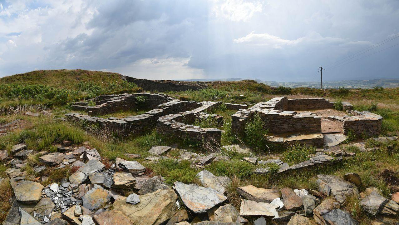 Restos de construccione en el castro de Formigueiros