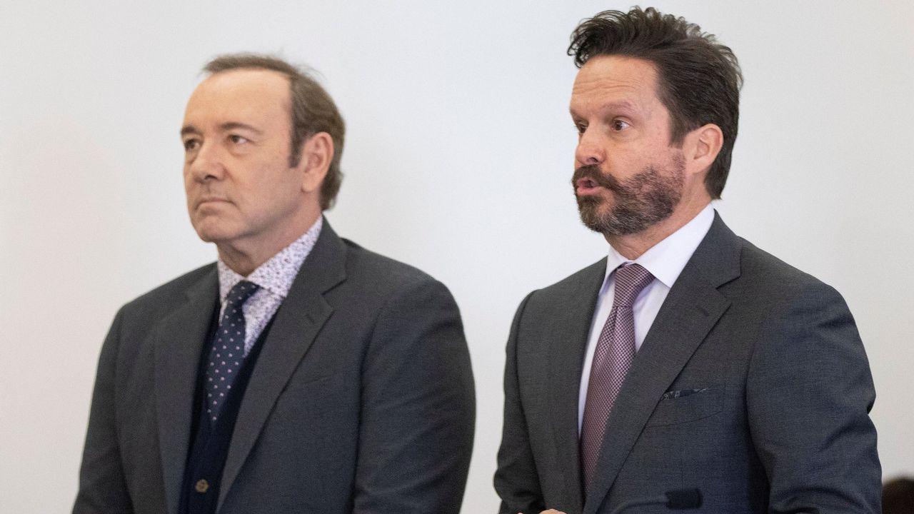 El actor estadounidense Kevin Spacey (i) y su abogado Alan Jackson (d) asisten a un juicio ante el tribunal de Nantucket, Estados Unidos