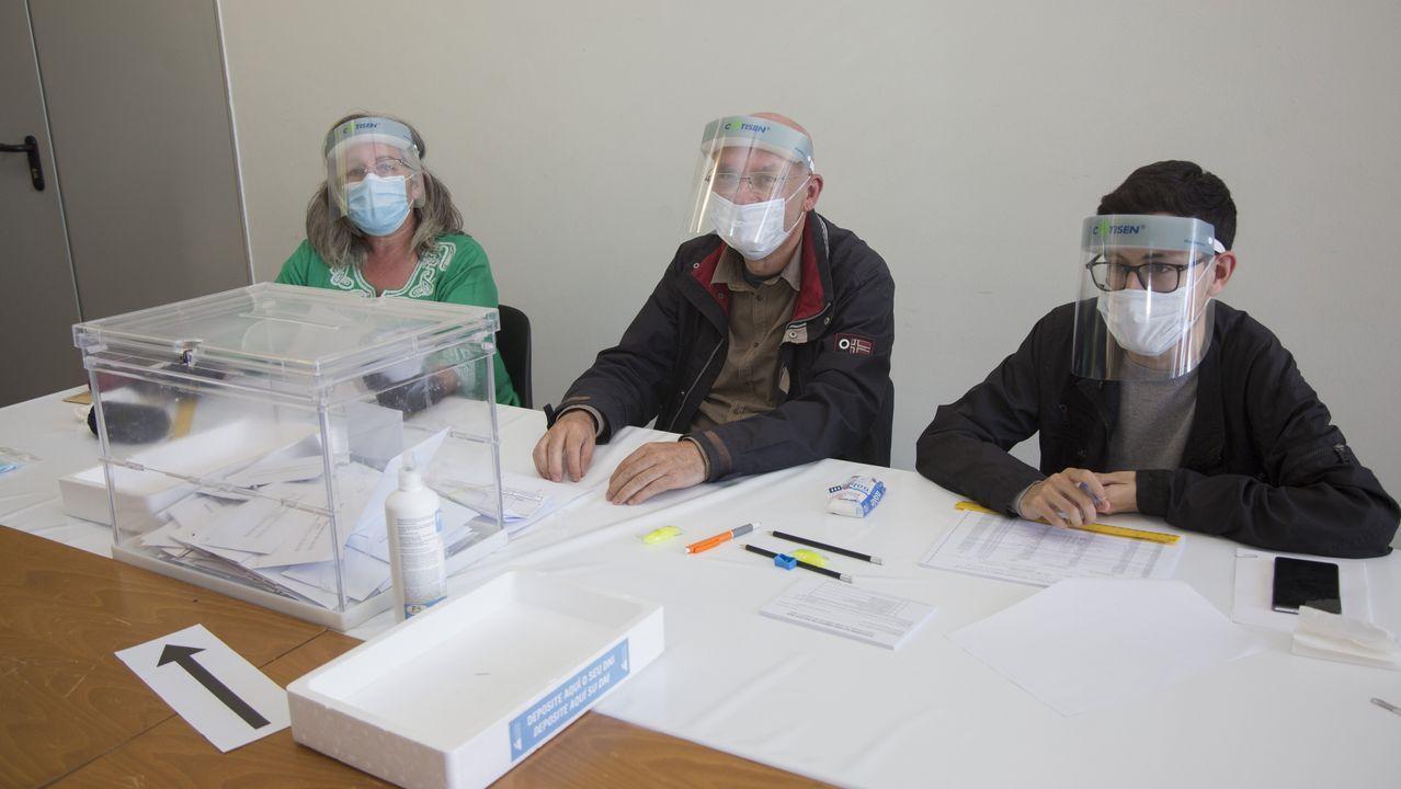 Una mesa electoral en Carballo