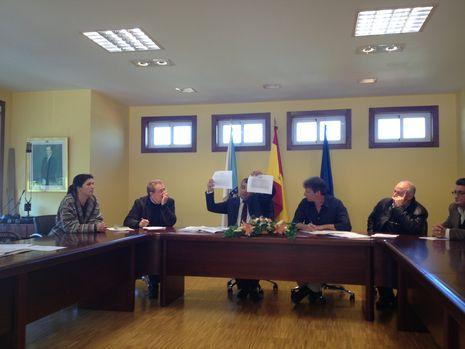 El presidente de la gestora muestra varias gráficas a la oposición