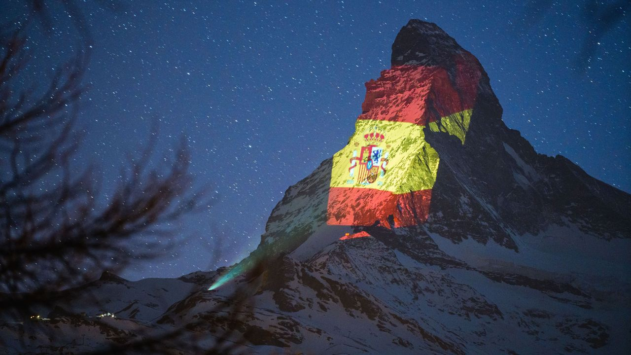 El monte Cervino, con la iluminación de la bandera de España