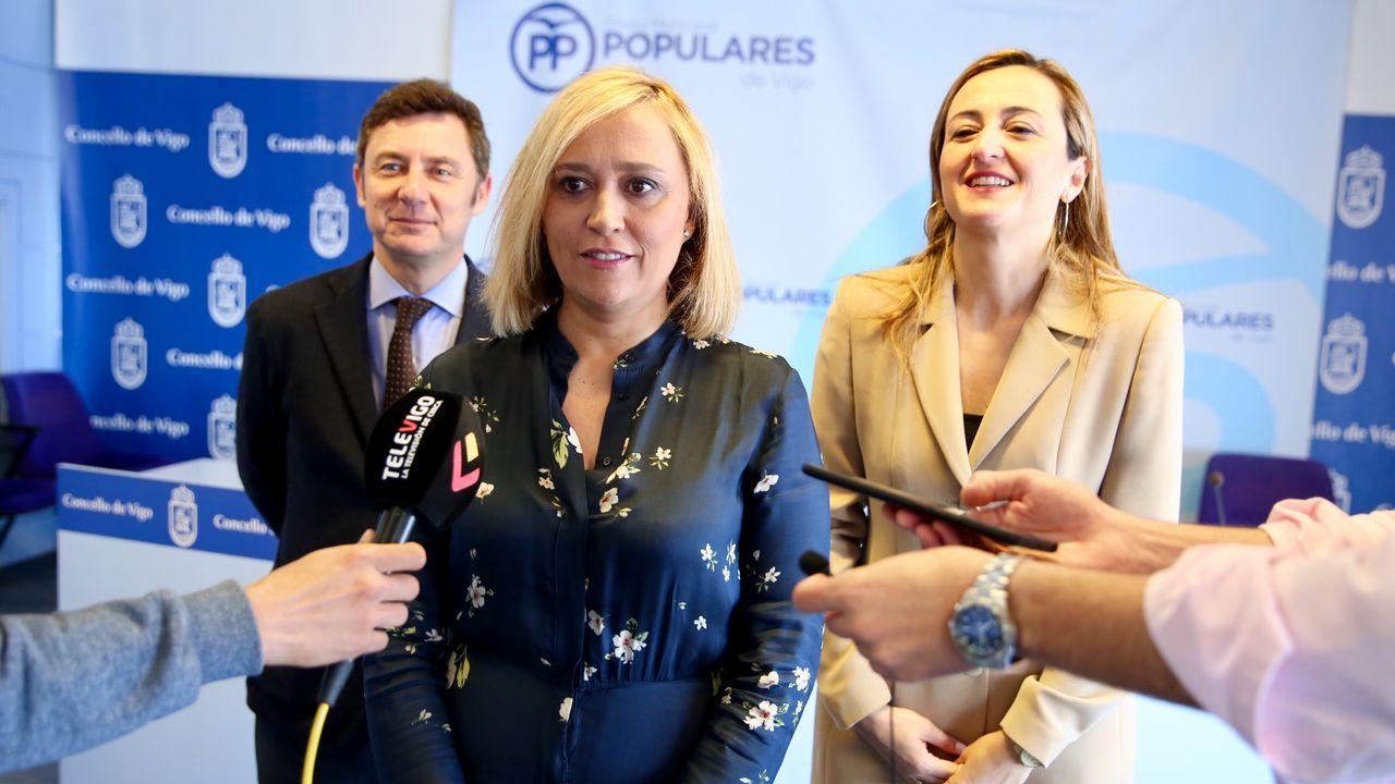 Elena Muñoz asume el fracaso del PP en las generales.Gente de compras por la calle Príncipe, en Vigo.