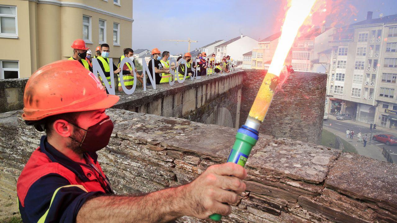 Trabajadores de Alcoa protestan en la muralla de Lugo para que Alcoa acuerde la venta de la planta
